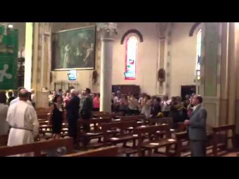 L'ingresso della bara di Laura in chiesa