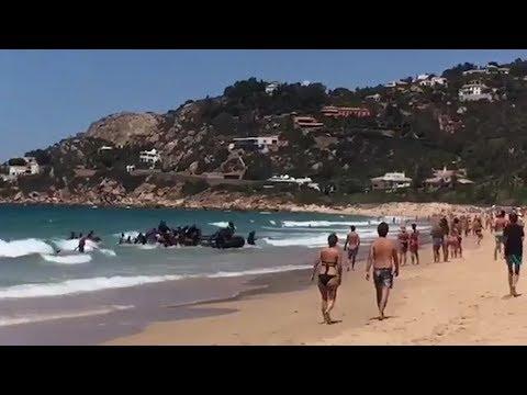 Flüchtlingsboot überrascht Strandbesucher am Badestrand