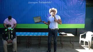Neto Bran entrega tablets en la escuela de la aldea El Aguacate