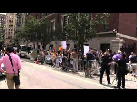 Нью-йоркские гей активисты вылили русскую водку перед посольством РФ