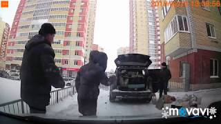Конфликт между таксистом и семьей из другого авто в тюменском дворе