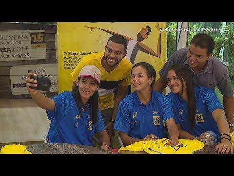 Atletas do Circuito Nacional de Vôlei de Praia, que acontece em Aracaju, recebem fãs - AE