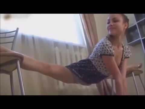 Гимнасточка!, гибкая девушка делает шпагат растяжку! Flexible girl doing the splits stretching