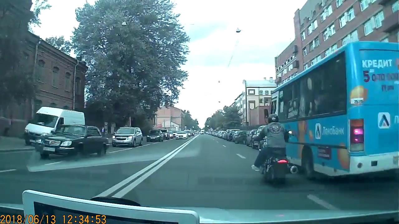 Байкер  сбил зеркало у маршрутки в Санкт-Петербурге