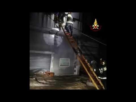 Preview video Bitti. Una famiglia viene evacuata e messa in sicurezza dai vigili del fuoco
