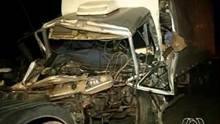 10/09/2013 09h48 - Atualizado em 10/09/2013 09h48Acidente com quatro veículo mata caminhoneiro e deixa feridos, em GOColisão aconteceu na BR-153, entre São Francisco e Jaraguá.Cinco pessoas, entre elas uma criança, foram socorridas com ferimentos.