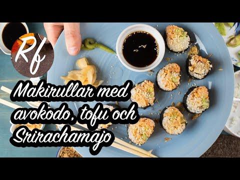 Makirullar med avokado, tofu och Srirachamajo. Sushi Maki är skivade bitar av en rulle med ris i sjögräs. Här en lite udda variant jag gillar med tofu, avokado, gurka, sesamfrön, rostad lök och en sås med majonnäs och sriracha-chilisås.>