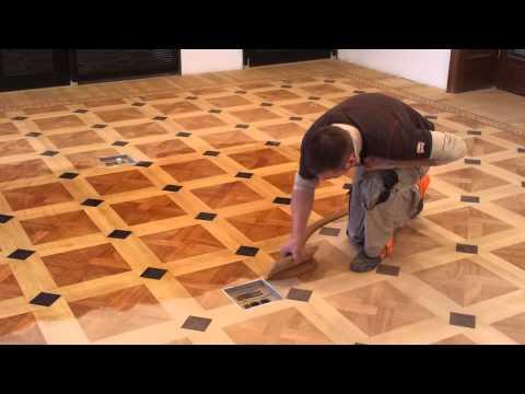 Поэтому квадратные куски фанеры размером 0,25х0,25 м наши мастера приклеивают на основание при помощи двухкомпонентного клея.