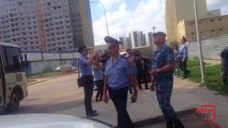"""Полиция прервала акцию протеста дольщиков """"Азбуки жилья"""" в Астане"""