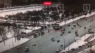 Момент наезда автобуса на пешеходов