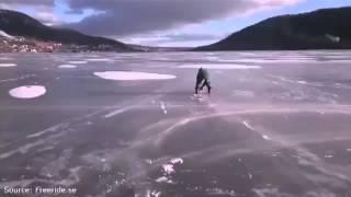 Смотреть онлайн Парень с ветерком катается по льду на бензопиле