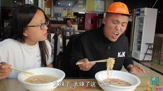 The restaurant owner's service is poor, but the brother and sister partner to teach the boss