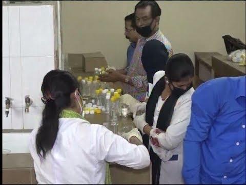 সংকট ঘোচাতে চট্টগ্রামে স্বেচ্ছাসেবী রসায়নবিদরা তৈরি করেছেন হ্যান্ড স্যানিটাইজার | ETV News