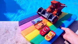 МАШИНКИ НЫРЯЮТ В ЛЕДЯНУЮ ВОДУ Распаковка игрушки Комбайн из Мультика Тачки Веселое видео TaTaШОУ