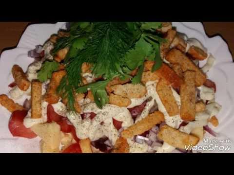 Салат с сухариками. Очень пикантный и вкусный.