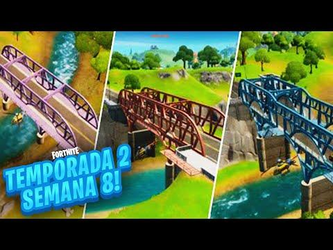 Pilote um Choppa sobre ponte de aço roxa, vermelha e azul