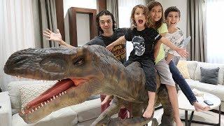 مفاجأتهم بأكبر ديناصور متحرك بالبيت!