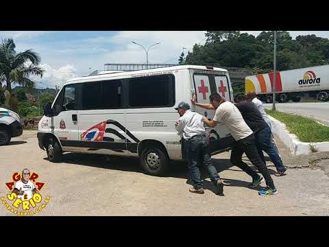 Fim da Picada pacientes empurrando ambulância