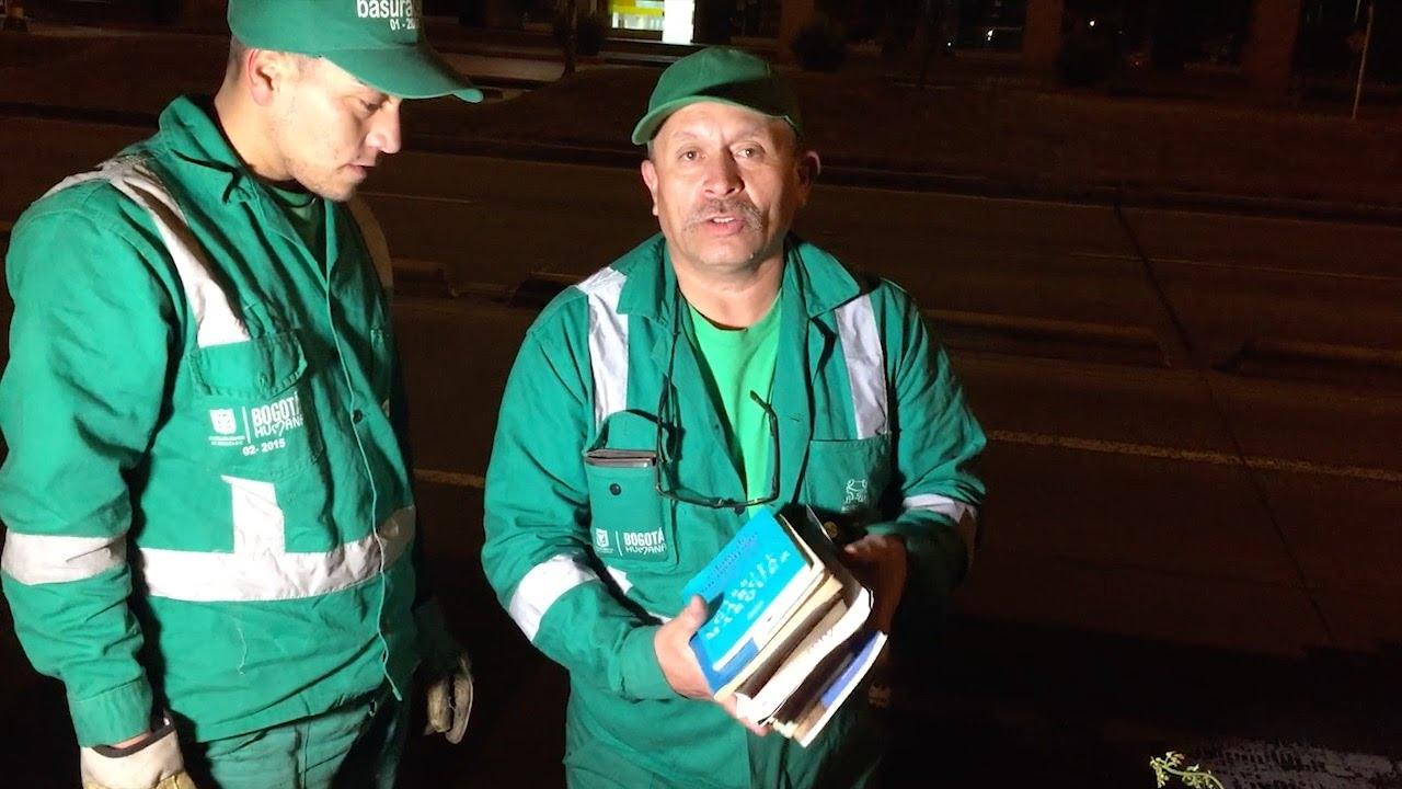 """El """"bibliotecario""""  que rescata libros de la basura"""