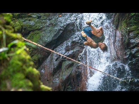 הפעלולן אלכס מייסון מבצע פעלולי הליכה על חבל בלב הג'ונגל של הוואי