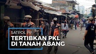 Puluhan Satpol PP Tertibkan PKL di Pasar Tanah Abang