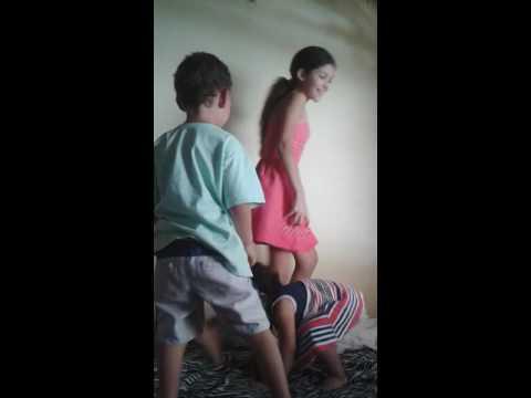 Irmã brincar com irmão e sobrinha felizes