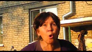 Смотреть онлайн Бабушки у подъезда спорят с парнем