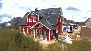 Bei einem Tafelhaus werden die vorgefertigten Wandelemente aus unserem Produktionswerk in Flensburg direkt auf zum Bauplatz transportiert. Der Aufbau geht schnell voran und schon nach wenigen Stunden stehen die Außenwände.