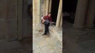Písničkářka Courtney u chrámu Narození Páně v Betlémě