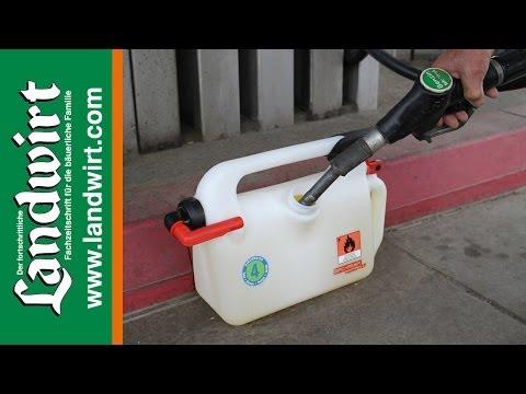 Der Aufwand des Benzins auf 100 km des Kleinwagens