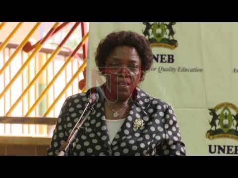 Minisita Janet Museveni alabudde abasomesa ku kubba ebigezo