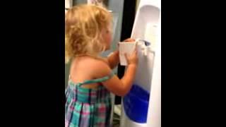 Смотреть онлайн Смешная девочка залила дом водой