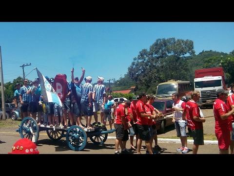 Colorados puxam Gremistas em cima de carroça em Arabutã/SC