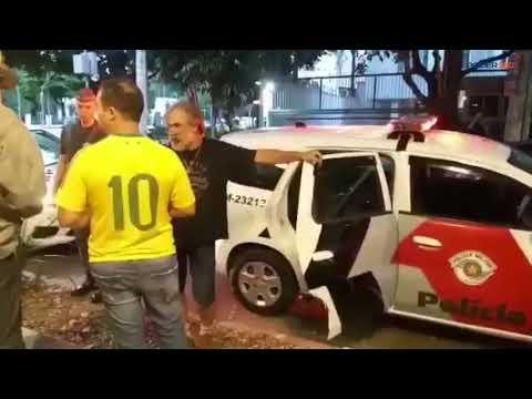 Manifestantes são detidos em ato na frente do prédio de Ministro do STF