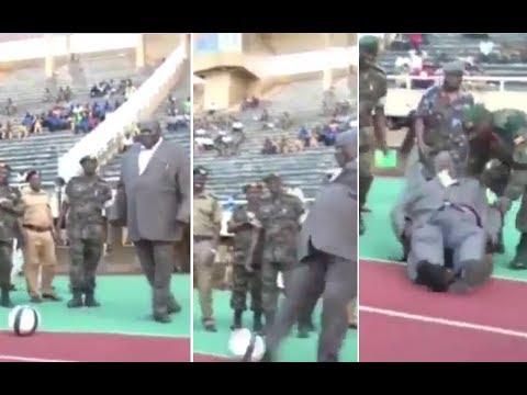 العرب اليوم - شاهد : سقوط وزير أوغندي أثناء افتتاحه ملعب لكرة القدم