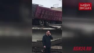 Видео очевидца с места падения пролетов путепровода в Свободном