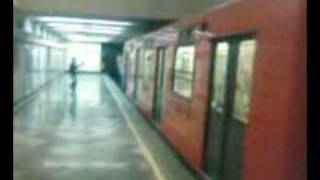 boys caida en el metro