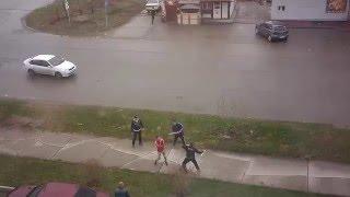 Смотреть онлайн Массовая драка в Новосибирске с битами на улице