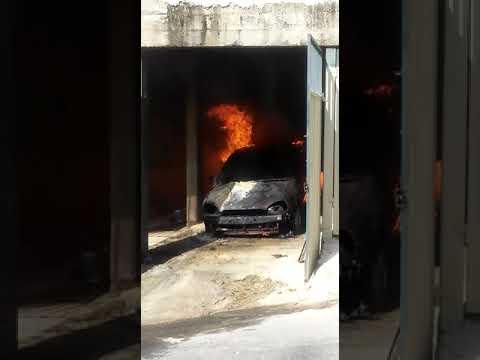 Carro pega fogo em garagem de casa em Nova Lima