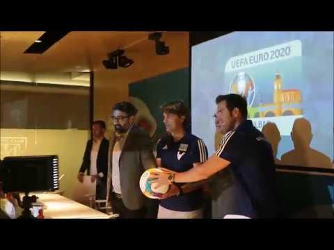 Julen Guerrero y Carlos Marchena Posan en la Presentación de la Eurocopa en Bilbao