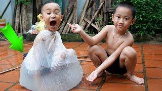 Trò Chơi Bóng Nước - Thử Chui Vào Bóng Nước Khổng Lồ - Bé Nhím TV - Đồ Chơi Trẻ em