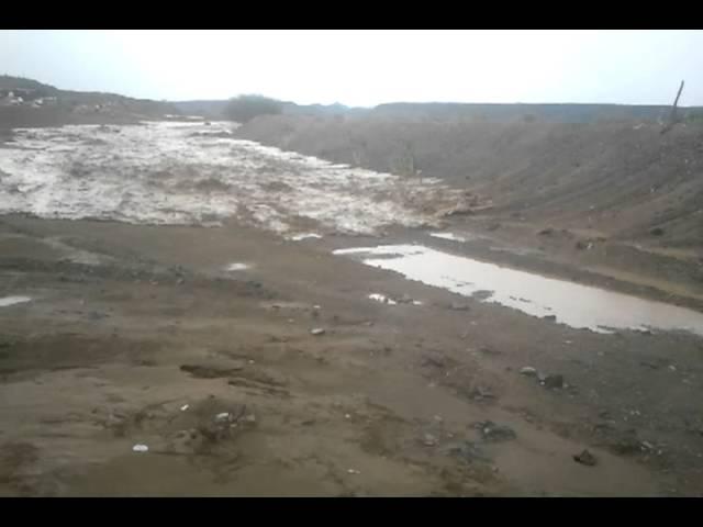 """لحظة تكون أحد السيول بوادي في منطقة """"الأبواء"""" القريبة من رابغ"""