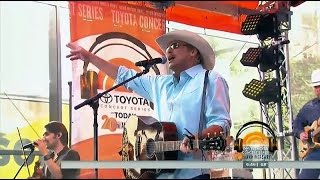 "Alan Jackson ""It's 5 O'Clock Somewhere"" LIVE"