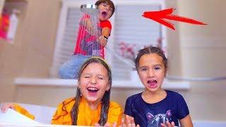 Зачем Дети ПОСПОРИЛИ и Устроили МОКРЫЙ Челлендж? Кому ДОСТАЛОСЬ Больше Всех? Kids play wet challenge