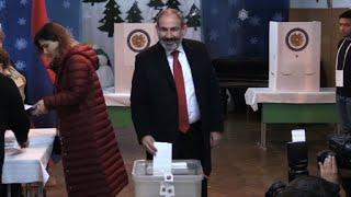 Le PM arménien Nikol Pachinian vote aux législatives anticipées