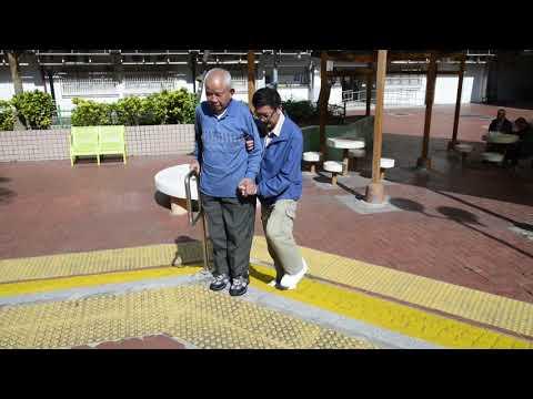 影片: Bila menolong lansia berjalan naik temurun tangga dengan alat bantu tongkat