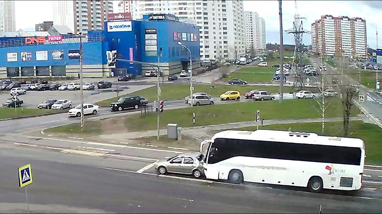 Автобус помял Renault Logan в Серпухове
