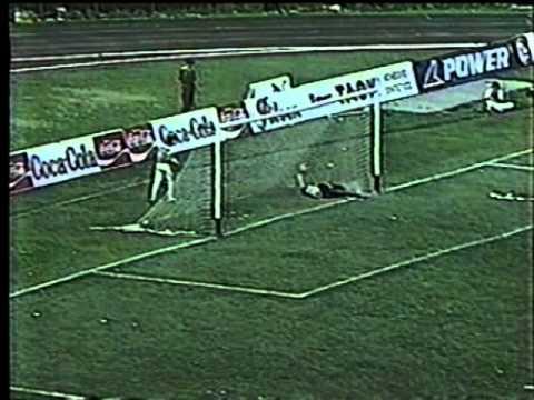 Un muestra de sus atajadas, acá contra el duro Atlético Nacional