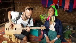 "preview picture of video 'Long neck woman - Le donne ""Giraffa"" - Myanmar'"