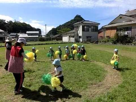 畑の運動場で踊る加津佐町 若木保育園の2歳児さん